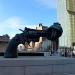 Skulptur gegen Gewalt vor dem UNO-HQ in New York